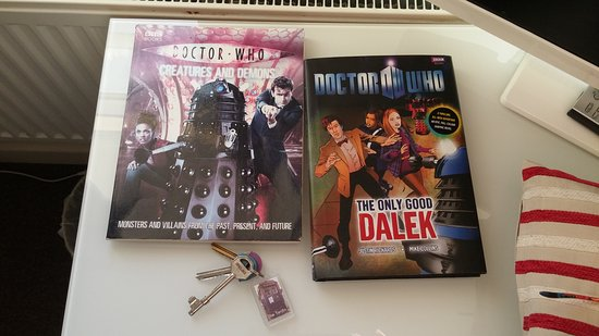 Ty Rosa B&B: Some of the Doctor Who decor in our room.