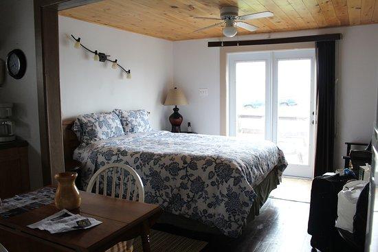 Elliston, Canadá: Bird Island Inn B&B - Efficiency Unit queen bed