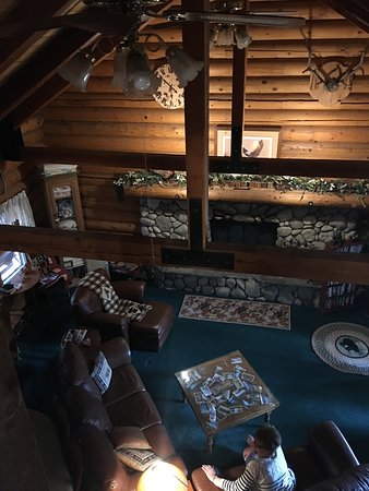 Eagle's Nest Bed and Breakfast Lodge : Overhead view of lodge common room.