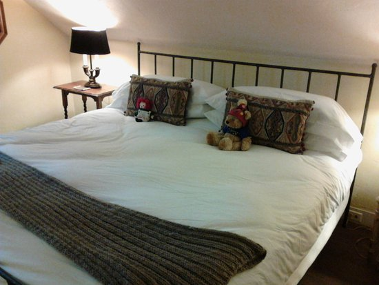 Gideon Ridge Inn: Comfortable bed.... characters not included