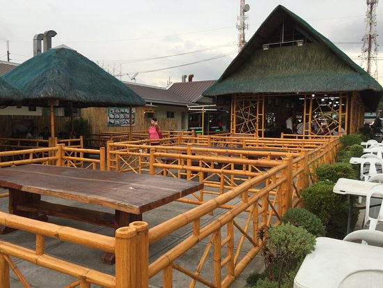Bulacan Province, Filipiny: outdoor dining huts