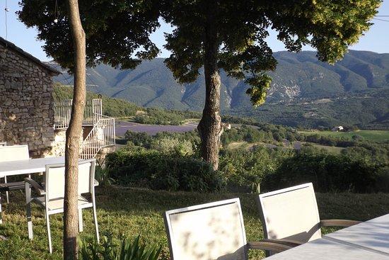 Caseneuve, ฝรั่งเศส: Les repas sont servis sur la terrasse face au Luberon