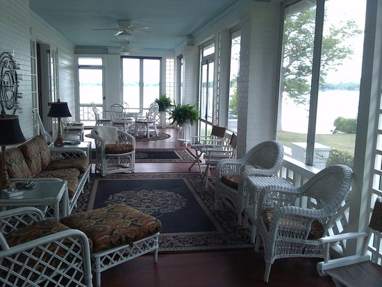 Lakeside Bed and Breakfast: Screen-in porch with breakfast area and lake view.