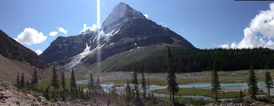 เทือกเขาร็อกกี้ของแคนาดา, แคนาดา: Mount Robson from between Emperor Falls Camp and Marmot Camp.