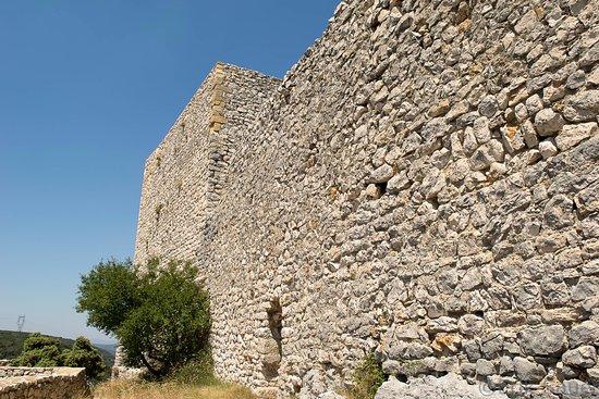 Saint-Victor-la-Coste, Frankreich: De muur aan de achterzijde