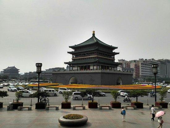 Hu County, China: Колокальная башня, на заднем плане ее сестра близнец- барабанная
