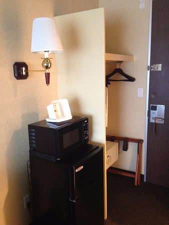 Howard Johnson by Wyndham Middletown Newport Area: Refrigerator (with freezer), microwave, and safe