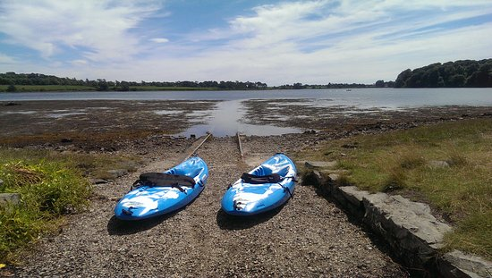 Strangford, UK: Canoes ready, waiting to go out on Castle Ward Bay