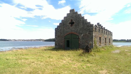 Strangford, UK: The building used as the boat house, overlooking Castle Ward Bay.