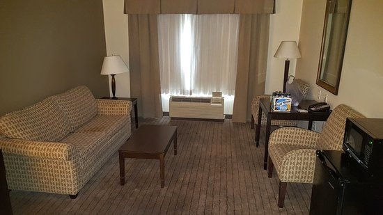 Holiday Inn Express Clovis Fresno Area: Large seating area