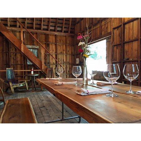 Wilsonville, Oregón: Speakeasy-style tasting room in beautiful repurpurposed barn