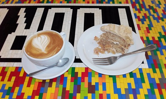 Four Corners Cafe: Large Latte & Apple Cinnamon Cake at Four Corners (12/Aug/16).