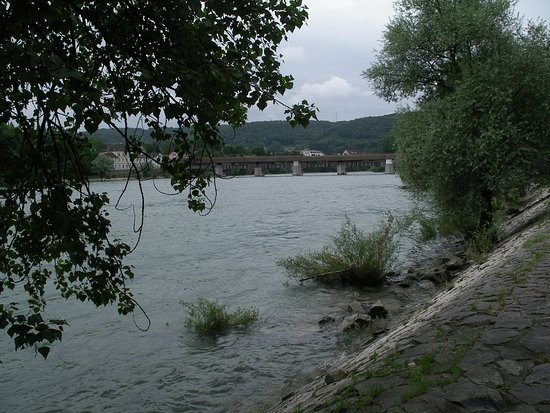 Bad Sackingen, Tyskland: Blick vom Uferweg auf die Holzbrücke