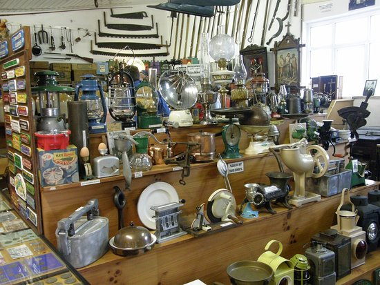 Athlone, Irlanda: A selection of old household items