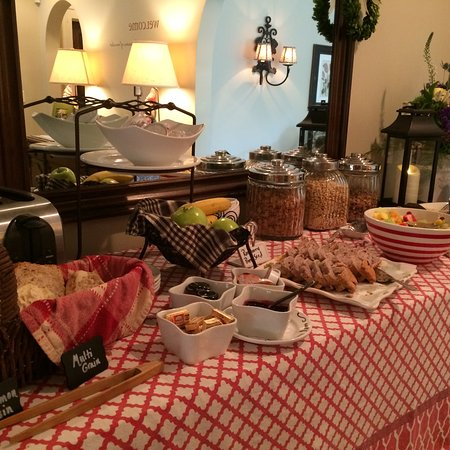 Chanticleer Inn Bed and Breakfast: Breakfast buffet every morning (in addition to hot entrees)
