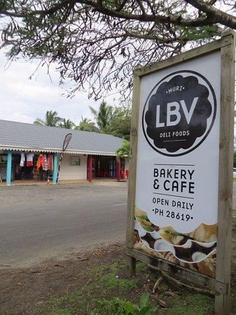 LBV - Le Bon Vivant Muri Beach : The main road signage