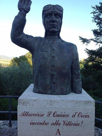 San Quirico d'Orcia: 銅像がありました。