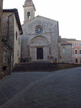 San Quirico d'Orcia: キージ広場(Piazza Chigi)の近くのダンテ・アリギエーリ通り(Via Dante Alighieri)沿いに教会があります。