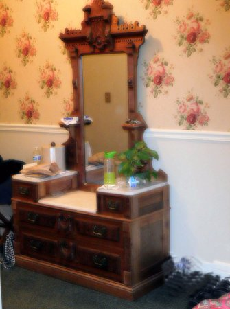 Washington House Inn : one of antiques in room