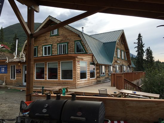 Alpine Creek Lodge: A view of the entrance/sitting room from the barbeque/picnic area