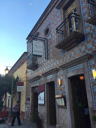 Casa Tsaya Colonial: Fachada con azulejos frente a una fuente y a una cuadra de la plaza central de este bonito Puebl