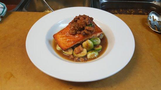 ฮัดสัน, แมสซาชูเซตส์: Salmon Almondine with Brussel Sprouts