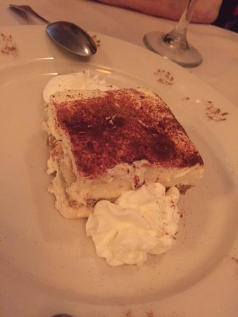 Lynbrook, Νέα Υόρκη: Light, creamy tiramisu with fresh whipped cream..decadent