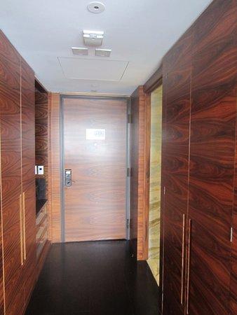 Las Alcobas Mexico DF: Wood-paneled entryway