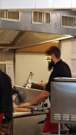West Chester, Pensilvania: Terrible, a guy with a long beard and no hair net over it was slicing the meat. No Thanks