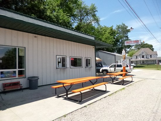 Colfax, IA: Cratty Shack also offers outdoor seating.