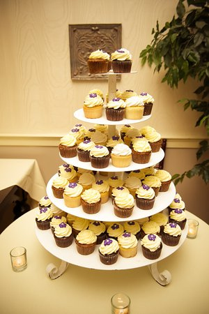 Falmouth, ME: Cupcakes at my wedding (Made by European Bakery)