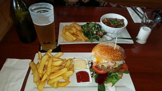 Orewa, Nuova Zelanda: Kiwi Burger and Butter Chiken