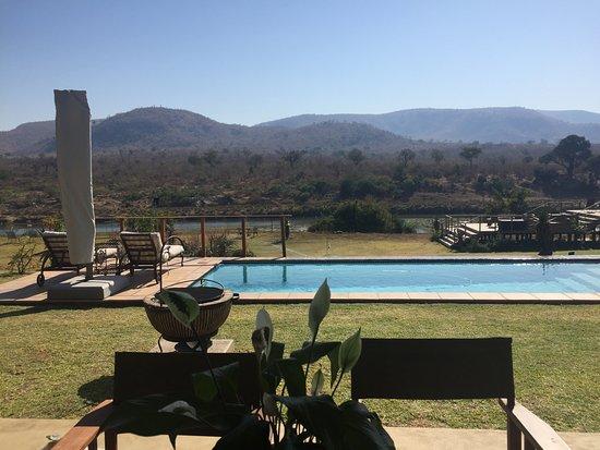 Malelane, Νότια Αφρική: Pool and river view