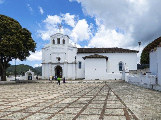 Zinacantan, Meksyk: De kerk met het plein ervoor