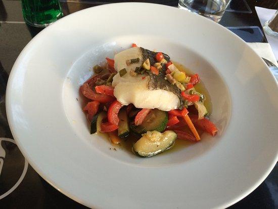 Revel, Frankrig: Un tartare délicieusement frais, des plats aussi beaux pour les yeux que pour le palais.
