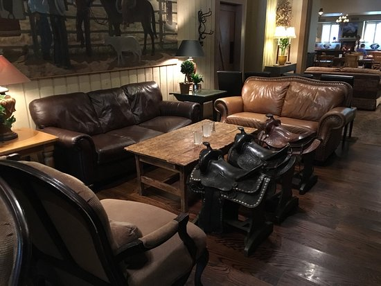 Saddles Steakhouse - MacArthur Place: Lounge
