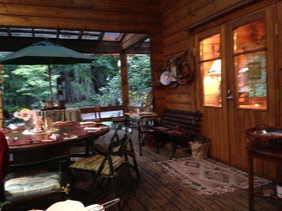 Miyota-machi, Japan: ログハウスのイタリアンレストラン。インテリアは奥様お手製のドライフラワーでセンス良く飾られています。夏にはテラス席も気持ちが良く、鳥が寄ってきたりします。 お食事は地場の野菜をふんだんに使った