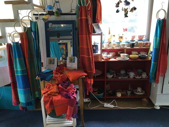 Soeby, Denemarken: Auch farbenfrohe Schals neben Töpfergut der Verwandtschaft