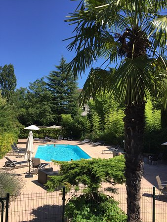 Jons, Francja: A cosy hotel with a nice swimming pool and great view on the Rhone. The owners are a very nice a