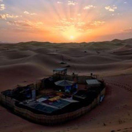 Merzouga, Marokko: Sahara Tours 4×4  es una pequeña empresa de Transporte Turístico, dirigida por un equipo joven d