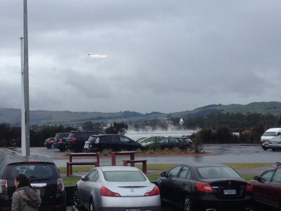 Sudima Hotel Lake Rotorua: Views of the geothermal lake from the carpark of the hotel