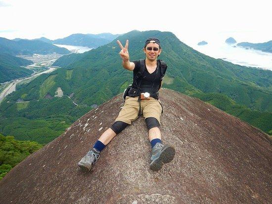 便石山の頂上付近の象の背で撮影しました向かいの山は天狗倉山です。尾鷲市内を一望出来る超絶ポイントです。