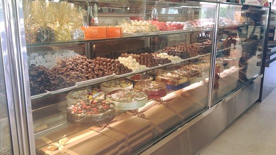 Izmir Province, Tyrkia: Exquisite collections of chocolates and sweets!