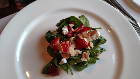 Granite Restaurant and Bar: Salad w Strawberries