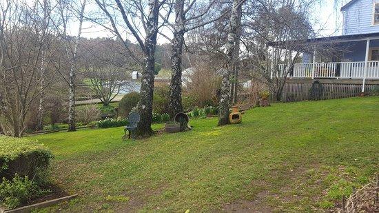 Mole Creek, Austrália: Guesthouse, grounds, training Centre and mountain view. Beautiful!