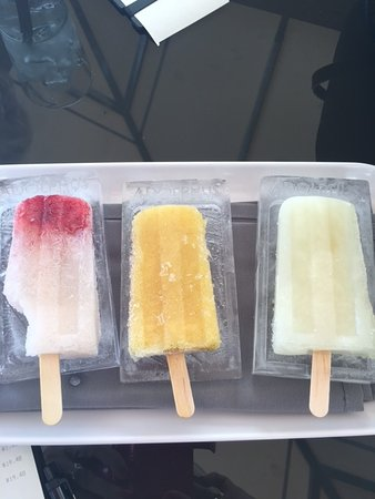 Adolphus Hotel: Special popsicles delivered on monogramed ice block.