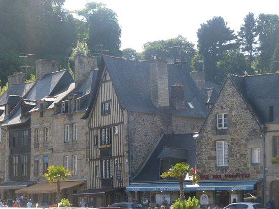 Lanvallay, França: vue face au restau de l'autre côté de la rivière
