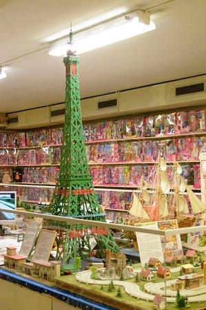 Eslöv, Suécia: Eiffeltornet byggt i Mecano. I bakgrunden Barbie