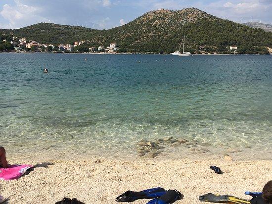 Marina, Croatia: Der Strand