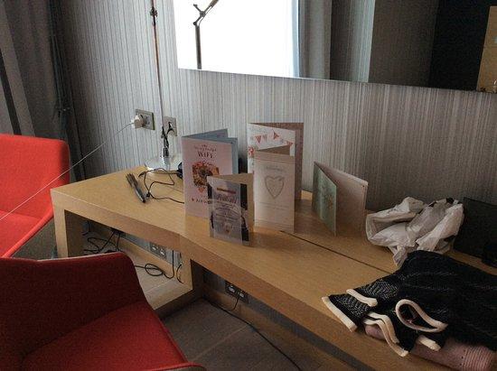 Radisson Blu Hotel, Glasgow: Bedroom with Anniversary cards